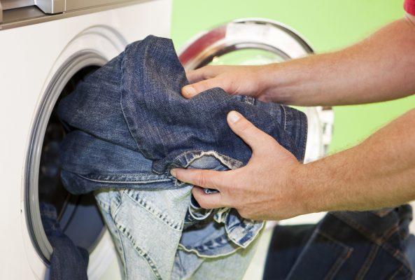 Cách giặt quần jean nam không bị phai màu